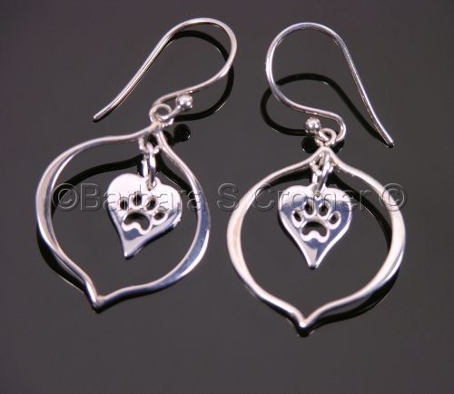 Paw prints in the heart, silver earrings (large view)